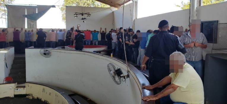 PM fecha 'rinha' de galo sofisticada em Goiás com alojamento e ventiladores; VEJA VÍDEOS