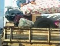 Criança é flagrada em cima de colchão na carroceria de caminhonete de mudança VEJA VÍDEO