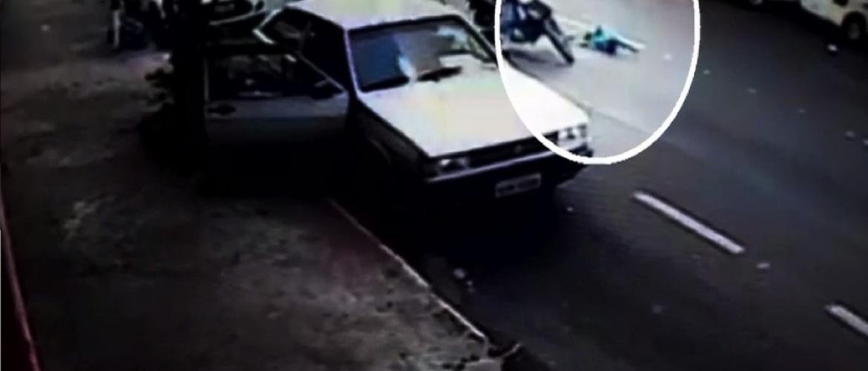 VEJA VIDEO que mostra quando criança é atropelada por moto e arremessada em rua