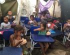 Jovem professor constrói escola de lona para dar aula a crianças carentes VEJA VÍDEO