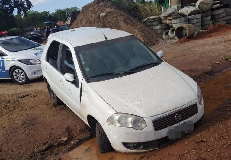 Motorista abandona veículo após invadir pátio da prefeitura de Aragarças