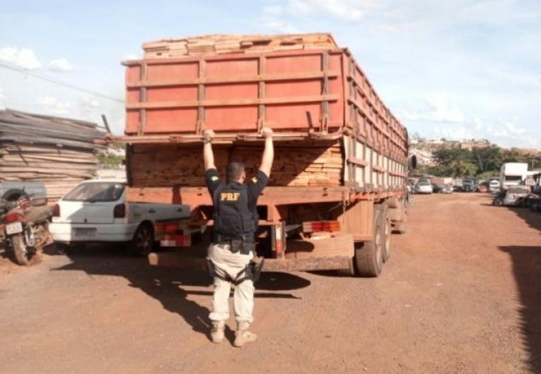PRF apreende madeira ilegal em Barra do Garças