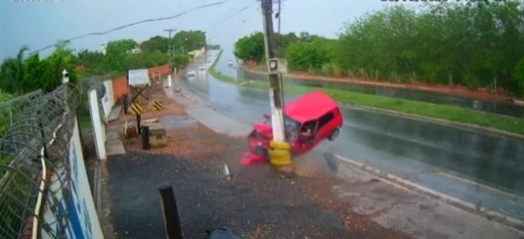 Grávida fica ferida após motorista perder controle de carro e bater em poste; veja vídeo