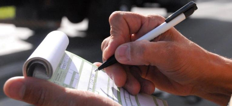Mais de 11 mil multas são aplicadas a motoristas em MT por direção com chinelo ou salto alto