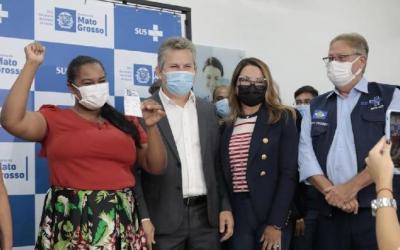 Mato Grosso inicia vacinação contra a Covid-19 e imuniza 10 trabalhadores da Saúde