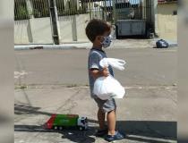 Bebê fica encantado com caminhão de lixo e presenteia coletores