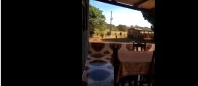 Mulher mostra policiais em busca de suspeito de matar família em Ceilândia após ele ser filmado em fazenda: 'Está aqui em casa'; Vídeo