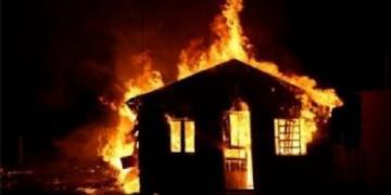 Criança incendeia casa em Canarana depois de procurar moeda embaixo da cama com isqueiro