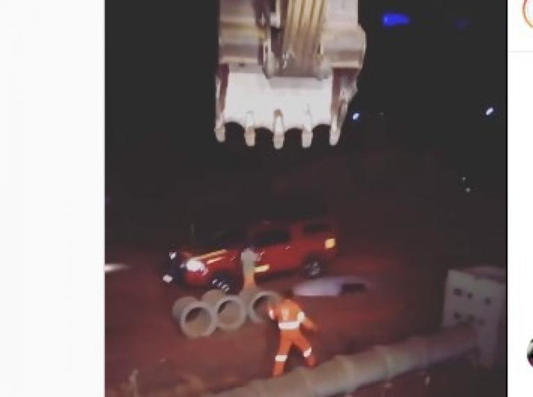 VEJA VÍDEOS: bombeiros salvam cachorrinho que ficou preso na canalização do anel viário de Barra do Garças