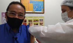 Jornalista se vacina contra Covid e se emociona ao lembrar dos que não tiveram essa oportunidade em Barra do Garças VEJA VÍDEO
