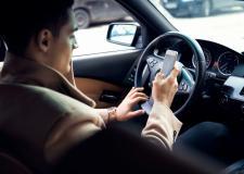 VEJA VÍDEO: Usar celular quando dirige pode matar uma família