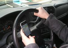 VEJA VÍDEO: Olhar celular enquanto dirige pode matar uma familia