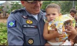 Vídeo mostra emoção de policiais e famílias com entrega de cestas e brinquedos em Barra do Garças