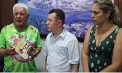 José Elias entrega livro sobre Aragarças ao deputado José Nelto VEJA VÍDEO