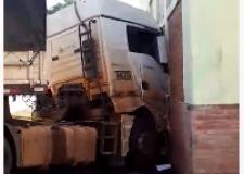 Carreta atravessa rodovia sem motorista e bate em prédio da UFMT em Barra do Garças