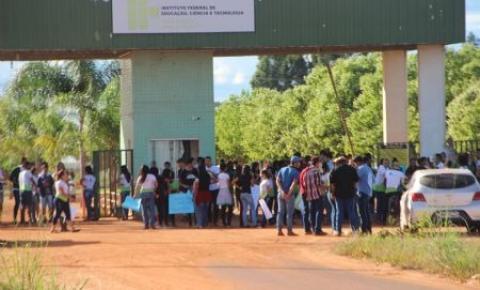 Estudantes do IFMT realizam caminhada em apoio a greve dos caminhoneiros