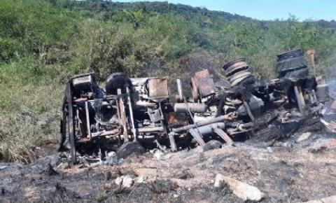 Bi trem é destruído pelo fogo após motorista perder controle de veículo em curva da BR-158