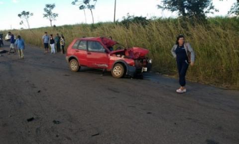 Motociclista morre ao invadir pista contrária e bater em carro