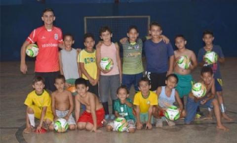 Escolinha de iniciação esportiva inicia atividades para criança