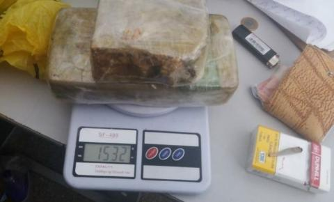 Homem é preso com 1,5 kg de pasta-base dentro de ônibus em Água Boa