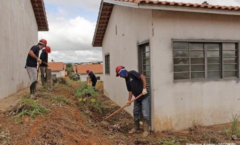 Empresa faz limpeza para reinício das obras do Residencial Carvalho em Barra do Garças