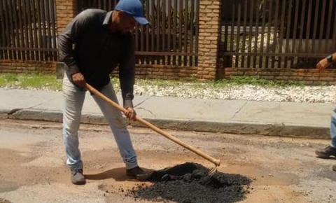 Com estiagem Prefeitura retoma operação tapa-buracos em Barra do Garças