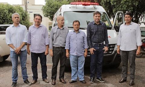 Prefeito Roberto Farias entrega ambulância com UTI para atender Consórcio de Saúde Garças/Araguaia