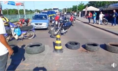 Motoristas 'cansados' com buracos nas Brs 158 e 070 fecham ponte do rio Araguaia em protesto
