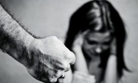 Homem esfaqueia esposa, corta o cabelo dela e ameaça por fogo na casa