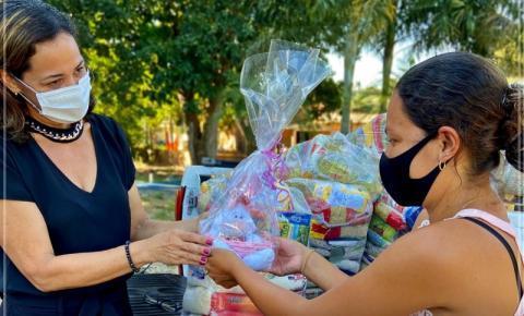 Primeira-dama entrega cestas básicas a moradores da Voadeira em Barra do Garças