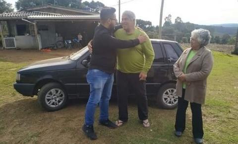 Radialista ganha carro em rifa, devolve veículo consertado e com o tanque cheio para ajudar idoso VEJA VÍDEO