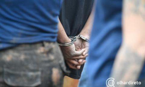 Homem é preso após atacar irmã com pedrada e bater no rosto de irmão com madeira