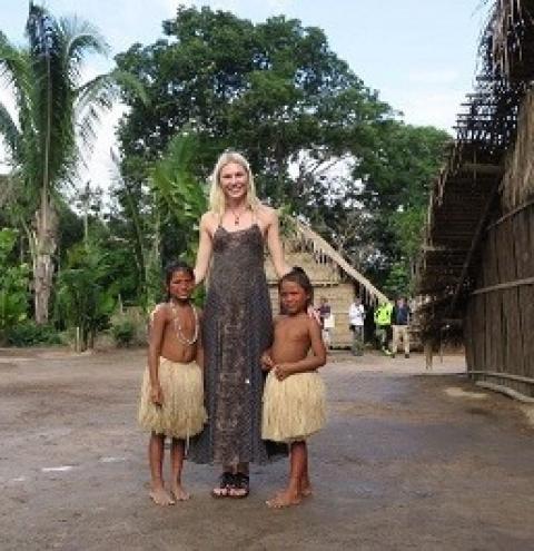 Modelo internacional participa de ritual no Parque Nacional do Xingu