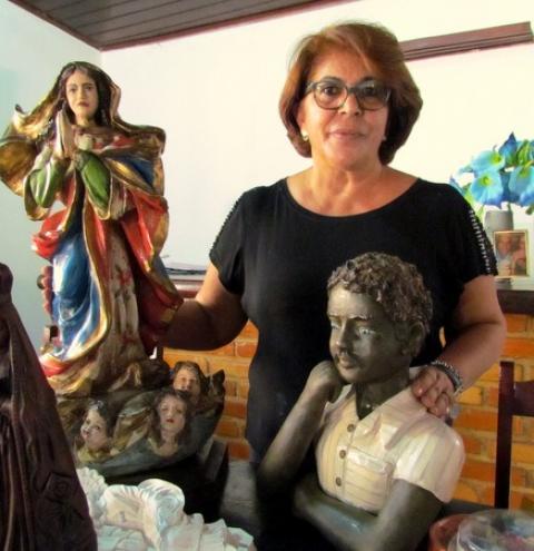 Artesã do Paraná faz sucesso restaurando imagens sacras em Vila Rica